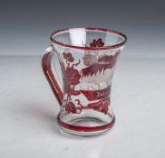 Henkelglas (19. Jahrhundert), klares Glas m. rotem Überfang, feine Gravur m. Ansicht von
