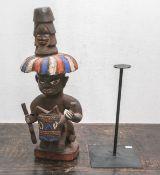 Männliche Ahnenfigur (Kamerun Grasland, wohl 1960er Jahre), Holz geschnitzt, Darstellung