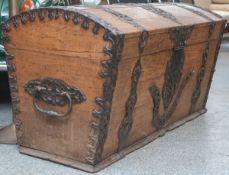 Repräsentative Runddeckeltruhe aus Eichenholz (um 1700), mit reichem Beschlagwerk aus