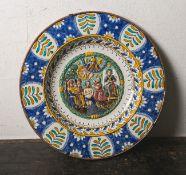 Großer Majolika-Zierteller (wohl 18./19. Jahrhundert), heller Scherben, Fahne polychrom