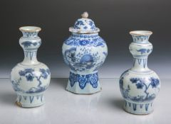Konvolut von 2 Keramikvasen u. 1 Deckelgefäß (China, wohl 18. Jahrhundert),