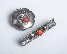 Konvolut von 2 Broschen, 835 Silber, bestehend aus: 1x runde Brosche in Blumenform (als