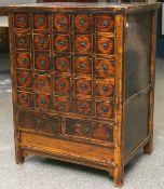 Antiker Apothekerschrank (China, 19. Jahrhundert), Hartholz, in der Schaufront 25 kl. u. 2