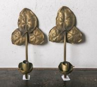 Paar Wandleuchter (20. Jahrhundert), je 1-flammig, Gelbguss, Blätterform, elektrifiziert,