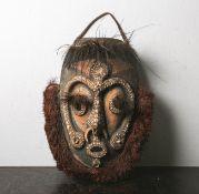 Gr. Ahnenmaske (Sepik, Papua-Neuguinea), Opfermaske aus Holz geschnitzt, m. Pflanzenfasern