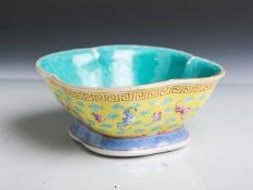 Chinesische Porzellanschale in Blattform (wohl 19. Jahrhundert, rote Unterbodenmarke), auf