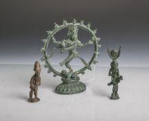 Drei verschiedene Bronzefiguren (wohl aus Afrika, Indien und Ägypten, Alter unbekannt),patiniert, H.
