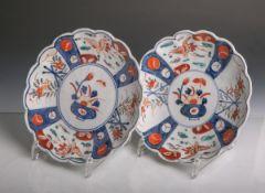 Zwei japanische Porzellanteller (wohl 18./19. Jahrhundert, Japan, Meiji), polychrombemalt, mit