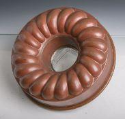 Antike Kuchenform aus Kupfer gearbeitet (Ringkuchen), Dm. ca. 26 cm. Altersgem.Gebrauchszustand.