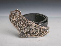 Damengürtel (wohl 1920er Jahre), Leder, Schnalle aus Silber im neobarocken Stil, L. 84 cm.