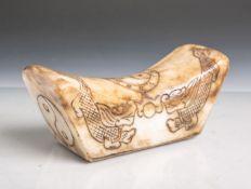 Antike Nackenauflage (wohl China, wohl 18./19. Jahrhundert), wohl aus Jade gefertigt,