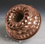 Antike Backform (Gugelhopfform) aus schwerem Kupfer gearbeitet, Dm. ca. 22,5 cm.Altersgem.