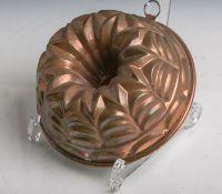 Antike Backform (Gugelhopfform) aus schwerem Kupfer gearbeitet, Dm. ca. 15,5 cm.Altersgem.