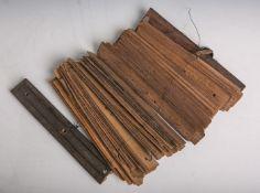 Antikes wohl chinesisches Buch aus Bambusstreifen (Alter unbekannt), H. ca. 23 cm.Gebrauchsspuren.