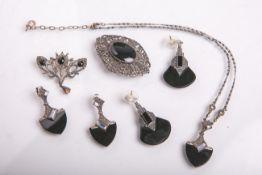 Schmuckset 925 Silber m. Steinbesatz, bestehend aus: 2x Broschen (ca. 3,8 x 4,2 cm u. 4 x5,5 cm), 2x
