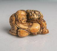 Elfenbein-Netsuke (Provenienz wohl Japan, Alter unbekannt), Mann/Frau liegend mitRiesenkröte, B. ca.