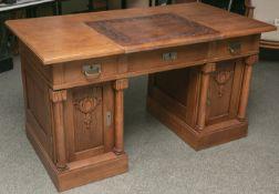 Schreibtisch aus hellem Eichenholz (wohl 1920er Jahre), Vorderseite oben bestehend ausdrei