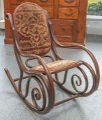 Eleganter Schaukelstuhl (wohl um 1900) aus Bugholz in Nußfarben gebeizt, Rücken und