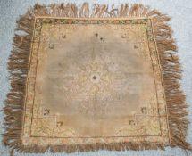 Kleiner Teppich (wohl um 1900, Türkei, Kayseri), mercerisierte Baumwolle, Größe ca. 90 x88 cm.