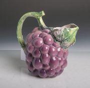 Majolika-Schenkkanne (wohl um 1900, Unterbodenmarke unleserlich), in Form einerBeerenfrucht (wohl