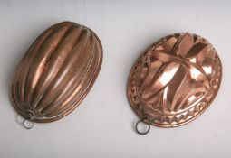 Zwei antike Backformen aus massivem Kupfer gearbeitet, in ovaler Form (Nuss etc.), jeweilsca. 21 x
