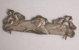Jugendstil-Wandhalterung (wohl um 1900), aus vernickeltem Metall, floral gestaltet, B. ca.22,5 cm.