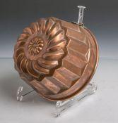 Antike Backform (Gugelhopfform) aus schwerem Kupfer gearbeitet, Dm. ca. 17 cm. Altersgem.