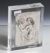 Messina, Francesco (1900-1995), auf einem Stein sitzender Akt mit Früchtekorb,Silberrelief auf