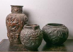 Konvolut von 3 Vasen versch. Größen (wohl 18./19. Jahrhundert), Terracotta, reliefartigeVerzierungen