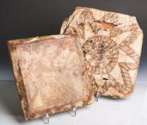 Flache Trommel (Afrika), beidseitig m. Leder bezogen (eine Seite m. 2 cm Riss), ca. 27 x27 x 3 cm,