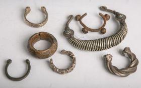 Sieben verschiedene Hals- und Armbänder aus verschiedenen Kulturen und Materialien(Metalle), mit