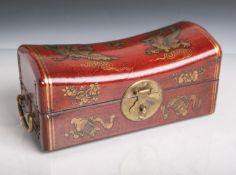 Rechteckige Holzschatulle mit feiner Lackarbeit versehen (wohl China, Alter unbekannt), inForm einer