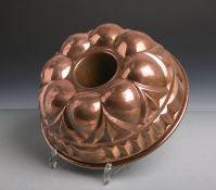 Antike Backform (Gugelhopfform) aus schwerem Kupfer gearbeitet, Dm. ca. 26 cm. Altersgem.