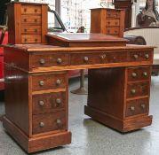 Schreibtisch (England, 19. Jahrhundert), aus Mahagoniholz, in der Schaufront rechts undlinks jeweils