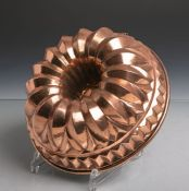 Antike Backform (Gugelhopfform) aus schwerem Kupfer gearbeitet, Dm. ca. 22 cm. Altersgem.