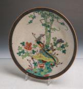 Flach gemuldete Schale aus Keramik (wohl aus Japan, wohl um 1900, Unterbodenpressmarke),polychrom