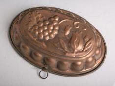 Antike ovale Backform mit Trauben und Blumenmotiven aus Kupfer hergestellt, ca. 30,5 x 21cm.