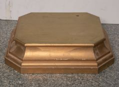 Holzschnitzarbeit eines flachen Postaments (20. Jahrhundert), goldfarben, rechteckig,mehrfach