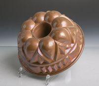 Antike Backform (Gugelhopfform) aus schwerem Kupfer gearbeitet, Dm. ca. 23 cm. Altersgem.