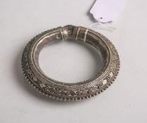 Antiker reich verzierter Armreif, Metall versilbert, Dm. innen ca. 6,5 cm.