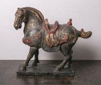 Tang-Pferd (wohl 19./20. Jahrhundert), aus geschnitztem Holz, polychrom bemalt, H. ca. 50cm, B.