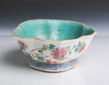 Chinesische Porzellanschale in Blattform (wohl 19. Jahrhundert, rote Unterbodenmarke), aufflachem