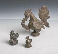 Drei verschiedene alte Opiumgewichte (wohl Asien, Alter unbekannt), aus Bronze,vollplastische