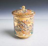 Satsuma-Deckelbecher (Japan, wohl Meiji, um 1900), Porzellan, glockenförmiger Korpus,feine