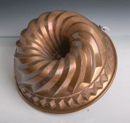 Antike Backform (Gugelhopfform) aus schwerem Kupfer gearbeitet, Dm. ca. 27,5 cm.Altersgem.