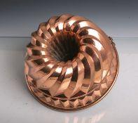 Antike Backform (Gugelhopfform) aus schwerem Kupfer gearbeitet, Dm. ca. 24,5 cm.Altersgem.