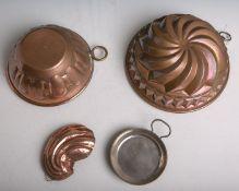 Konvolut von vier alten aus Kupfer hergestellten Formen, bestehend aus: 2x Gugelhopfform,1x