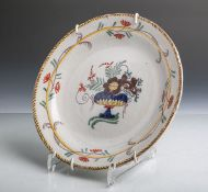"""Fayenceteller (wohl 18./19. Jahrhundert, rückseite rote Marke wohl """"RK""""), im Fondstilisierte Vase"""