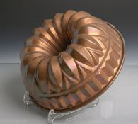 Antike Backform (Gugelhopfform) aus schwerem Kupfer gearbeitet, Dm. ca. 25 cm. Altersgem.