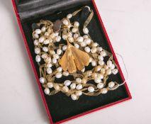 Konvolut Modeschmuck, bestehend aus: Perlencollier sowie einem vergoldeten Ginkgoblatt.